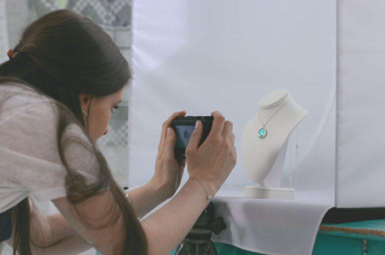 Jak zrobić dobre zdjęcia do e-sklepu – sekrety packshotów